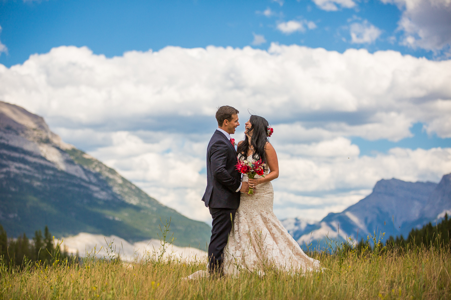 brides in the mountains, first look pictures in Canmore, Bride wearing a veil, first look pictures in the mountains, blue sky wedding pictures