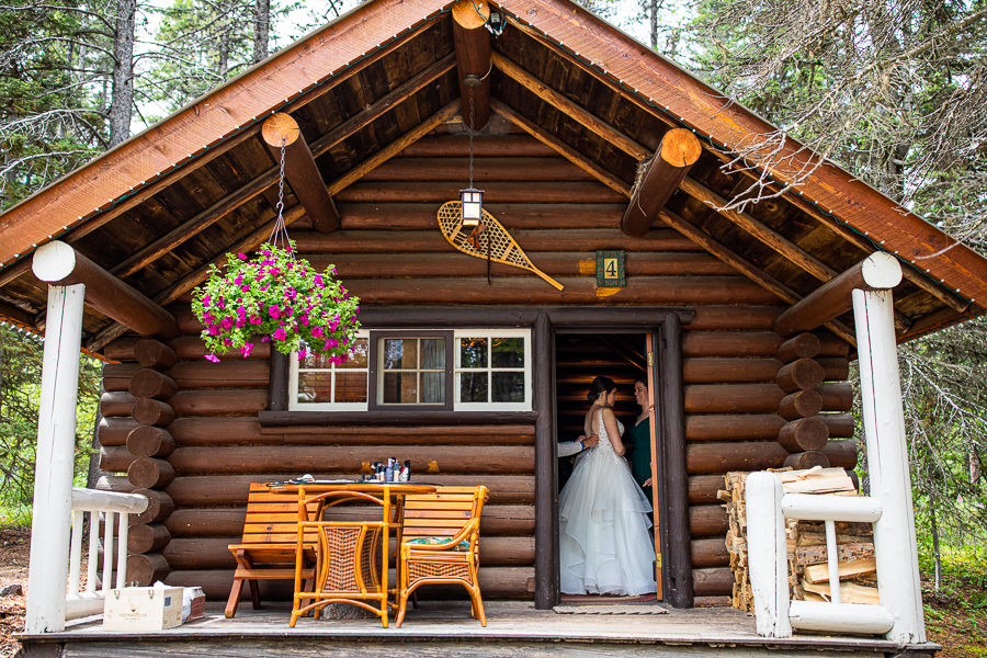 bride gets ready to the lodge on storm mountain