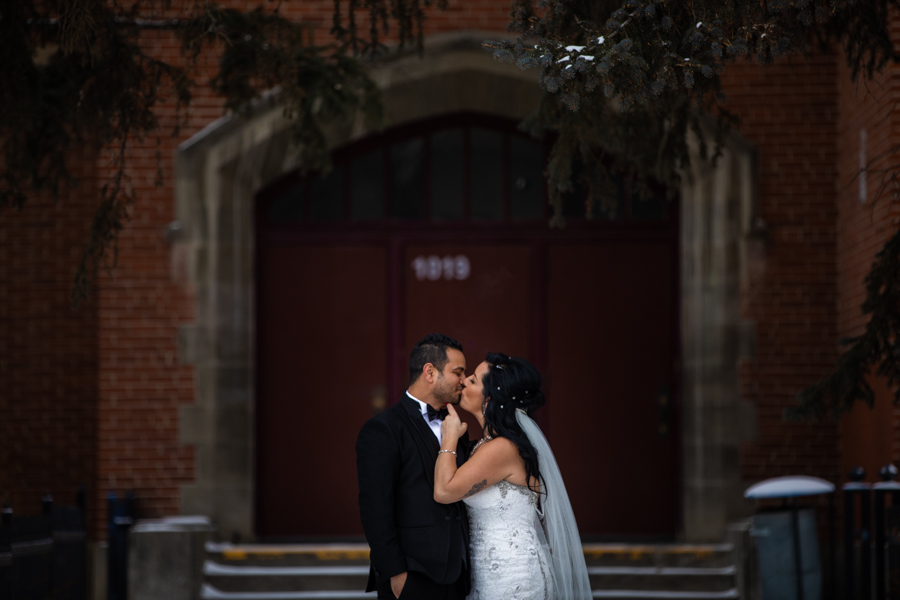 Wedding couple in Downtown calgary by cole hofstra photography