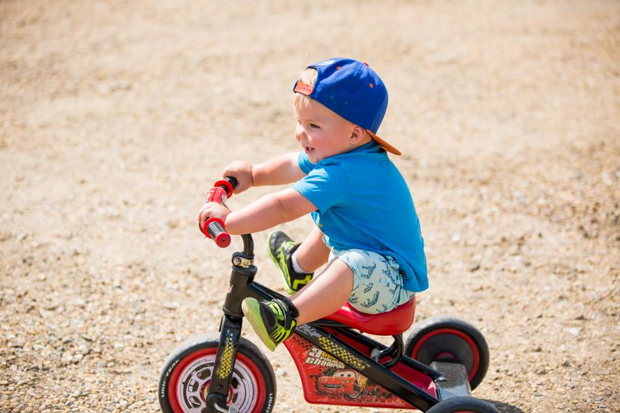 kid on his bike family photographer calgary