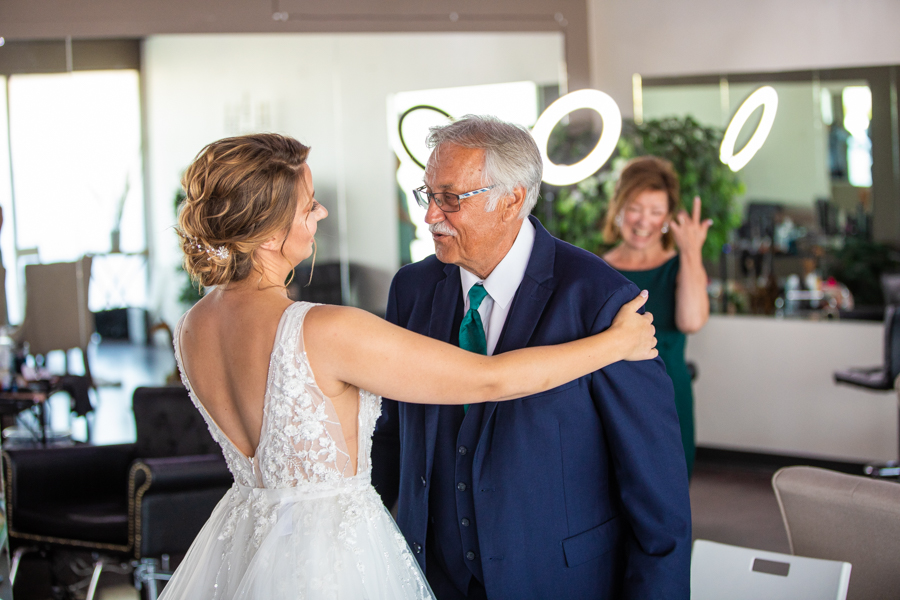 dad seeing the bride for the first time